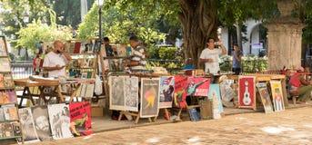 Księgarzi zbliżają Plac De Los angeles Catedral w Stary Hawańskim, Kuba Zdjęcia Royalty Free