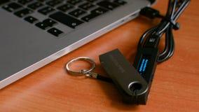 Księgi głównej Nanosu S bitcoin narzędzia portfel czopował wewnątrz działać obok laptopu zbiory