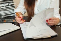 Księgowa podpisuje księgowość bilans księgowego Zdjęcie Stock