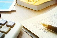 Księgowego miejsce pracy z kalkulatorem, księgowość dokumentami i księgą główną, Obrazy Royalty Free