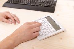 księgowość Kobiety ` s ręki odciskania kalkulatora guziki Zdjęcie Stock