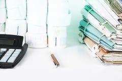Księgowość narzędzia z eyeglasses i kartoteki Rewizi pojęcie fotografia stock