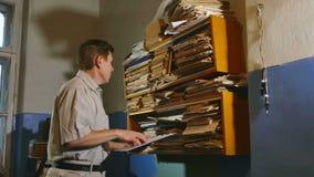 Księgowość starego człowieka urzędnika retro dotyki papier w starym biurze zdjęcie wideo