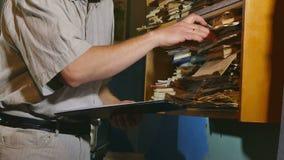 Księgowość urzędnika dotyków retro stary człowiek papier w starym biurze zbiory