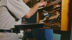 Księgowość urzędnika retro dotyki papierowy stary człowiek w starym biurze zdjęcie wideo