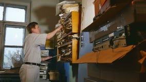 Księgowość urzędnika retro stary człowiek dotyka papier w starym biurze zbiory wideo