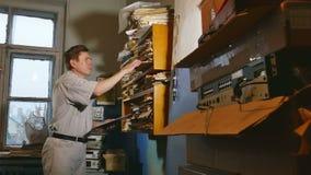 Księgowość urzędnika starego człowieka retro dotyki papier w starym biurze zbiory wideo