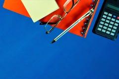 Księgowości biurka tła błękit z koniecznymi akcesoriami, fotografia royalty free