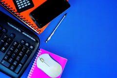 Księgowości biurowego biurka tła błękit z koniecznymi akcesoriami, obliczeniem podatki, kosztami i dochodem, Biurowej pracy pióro fotografia stock