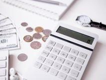 Księgowości pojęcie z klawiaturą, smartphone, notatnik, filiżanka, kalkulator i pieniądze na bielu, zgłaszamy tło fotografia royalty free