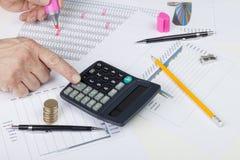 Księgowy balansuje sprzedaży księgę główną z kalkulatorem Obrazy Stock