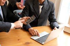 księgowy dyskutuje z biznesmenem wewnętrzna audytor rewizja p fotografia stock