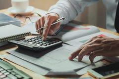 księgowy pracuje na biurka biurze z używać kalkulatora financ Zdjęcie Stock