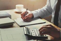 księgowy pracuje na biurka biurze z używać pe i kalkulatora Fotografia Stock