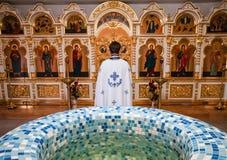 Ksiądz patrzeje ikony Fotografia Royalty Free