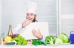 Ksi??kowa przepis kopii przestrze? Obs?uguje szefa kuchni w kapeluszu i fartuch czytaj?cej ksi??ce E r fotografia stock