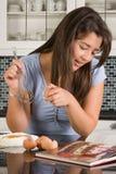książka kucharska czytanie Zdjęcie Royalty Free