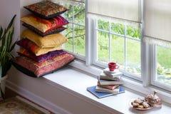 Książki, kawa i ciastka dla Czytelniczego czasu pojęcia, Zdjęcie Royalty Free