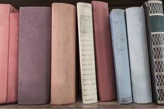 Książkowa sterta na drewnianej półce Zdjęcie Royalty Free