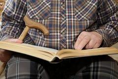 książkowego mężczyzna stary czytanie Fotografia Stock