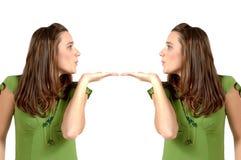 Küssen der Zwillinge Lizenzfreie Stockbilder