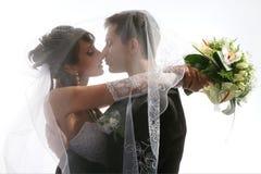 Küssen des Paarhochzeitsportraits Stockfotos