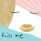 Küssen Sie mich kreatives Illustrationsmädchenporträt mit den goldenen Lippen Stockbilder