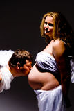 Küssender schwangerer Bauch des Mannes Lizenzfreies Stockbild