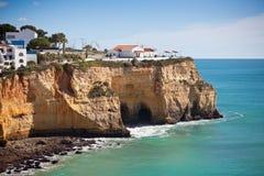 Küstendorf auf einer Klippe, die den Ozean in Portugal übersieht Stockbild