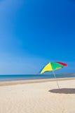 Küstestrandregenschirm Stockfoto