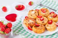 Köstliche Hüttenkäsepfannkuchen mit Rosinen und Erdbeeren Stockbild