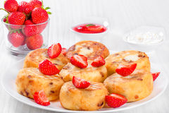Köstliche Hüttenkäsepfannkuchen mit Rosinen und Erdbeeren Lizenzfreie Stockfotos