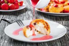Köstliche Hüttenkäsepfannkuchen mit Rosinen und Erdbeeren Lizenzfreie Stockbilder