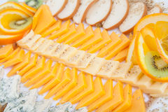 Köstliche Käseservierplatte mit verschiedenen Käsen Lizenzfreie Stockfotografie
