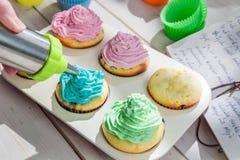 frische muffins mit sahne verzieren stockfoto bild 53315298. Black Bedroom Furniture Sets. Home Design Ideas