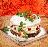Köstlicher Kuchen mit Erdbeereminze und -sahne Stockfotografie