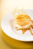Köstlicher sahniger Nachtisch mit Karamellspitze Lizenzfreie Stockfotografie