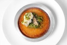 Köstlicher traditioneller türkischer Nachtisch Kunefe mit Pistazie Powd Stockbild