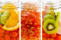 Köstliches Auffrischungsgetränk der Mischung trägt vibrierende vertikale Streifen, Infusionswasser Früchte Lizenzfreie Stockfotos