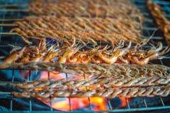 Köstliches Garnelenspucken auf Grill Lizenzfreies Stockfoto