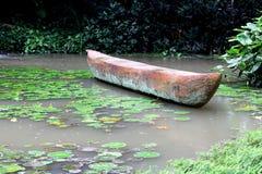 Kształt flotting na wodzie w ogródzie łódź Obraz Stock
