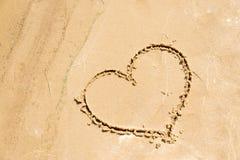 Kształt serce rysujący w piasku na plaży czerwone róże miłości tła symbolu white Obraz Royalty Free
