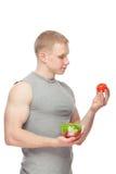 Kształtny i zdrowy ciało mężczyzna trzyma świeżej sałatki Fotografia Royalty Free