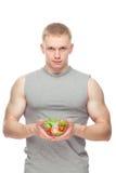 Kształtny i zdrowy ciało mężczyzna trzyma świeżej sałatki Zdjęcia Royalty Free