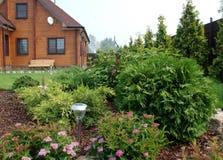 Kształtować teren przy miejscem z dom na wsi Fotografia Stock