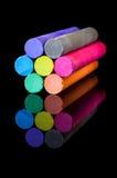 Kształtująca barwiona kreda na czarnym tle zdjęcie stock