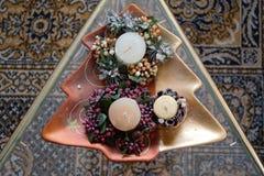 Kształtujący naczynie z świeczek i bożych narodzeń dekoracją w nim fotografia royalty free