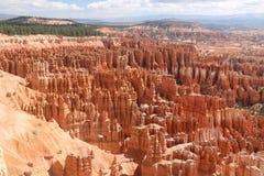 Kształtuje teren czerwonawego czarodziejskiego kominu Bryka jar obraz royalty free