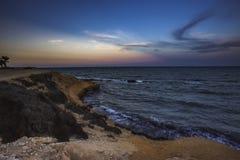 Kształtuje teren strzał Mil Palmeras seashore w wieczór, Hiszpania obraz stock