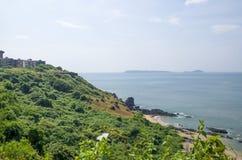 Kształtuje teren tropikalną plażę Vasco De Gamma w India fotografia royalty free